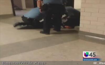 Estudiante fue sometida por guardias por usar su celular