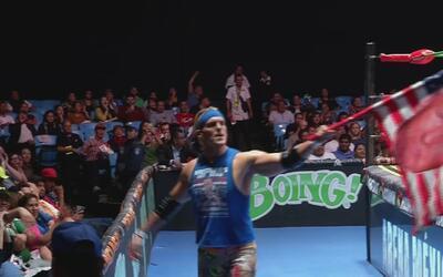 Un luchador se hace famoso en México por subir al ring con una bandera d...