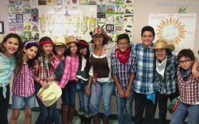 Maestra colombiana ayuda a niños inmigrantes a aprender ingles