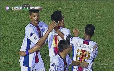 Fernando Silva 'peina' el balón para sorprender al portero y anota para...
