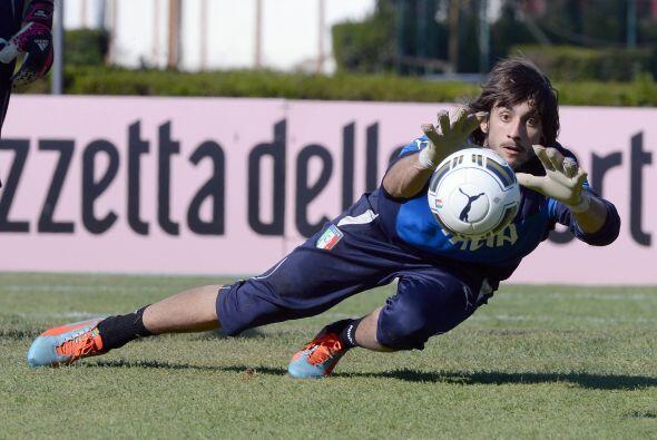 Vaya la cara de Mattia Perin durante los entrenamientos de Italia.