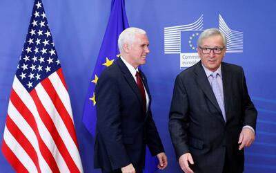 El vicepresidente de Estados Unidos, Mike Pence y Jean-Claude Juncker, p...