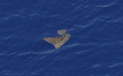 Un objeto flota en el Océano Índico meridional. La imagen fue tomada en...