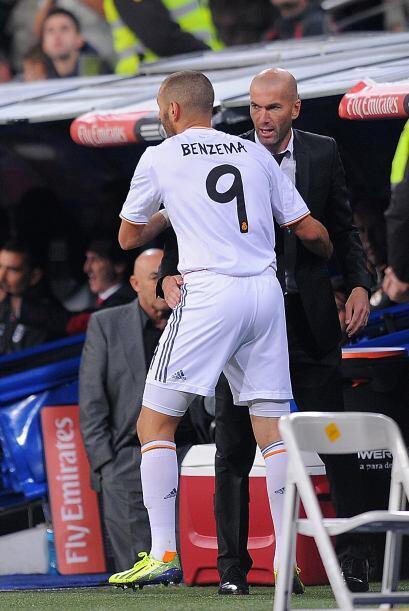 Karim no dudó en correr a donde estaba Zinedine Zidane, seguramente para...