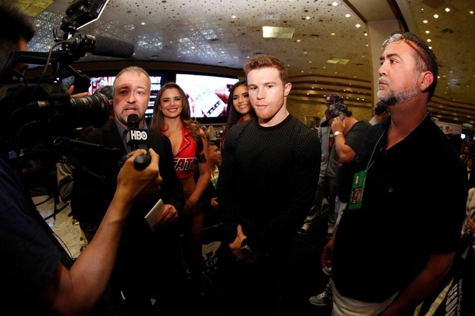 Saúl 'Canelo' Álvarez y Amir Khan llegaron a Las Vegas para su combate d...