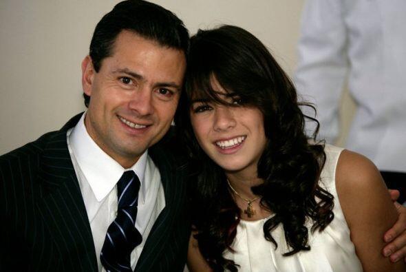 El gobernador mexiquense con su promogénita Paulina., quien recie...