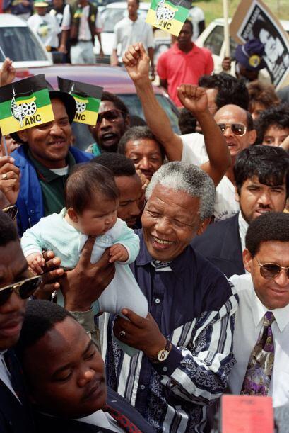 Mandela arropaba a la multitud que luchaba por sus derechos en Sud&aacut...