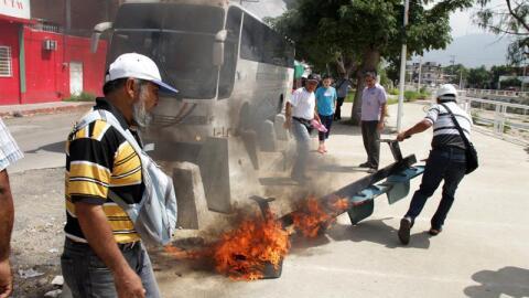 Presuntos integrantes del magisterio queman mobiliario durante una prote...