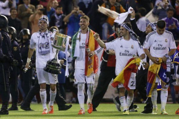 Sergio Ramos transporta la Copa, con la ayuda de Pepe para que no la dej...
