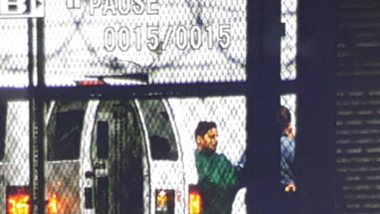 Larry Hernández en el momento de bajar del vehículo que lo trasladó desd...