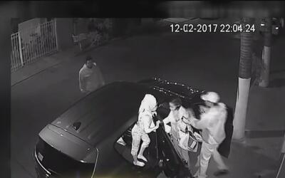 En video, el momento en que atracan a una mujer mientras su hija está en...