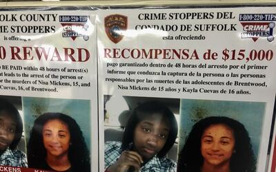 Los afiches distribuidos por la policía local, en inglés y español, está...