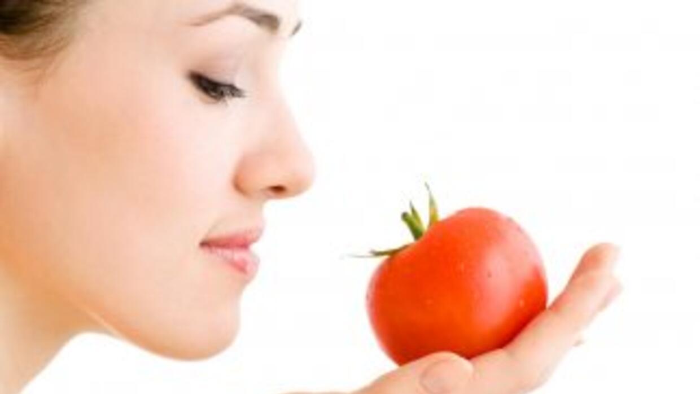 El tomate es un excelente proveedor de vitaminas y contiene una gran var...