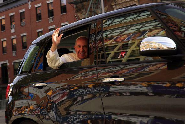 Francisco, a bordo de un pequeño auto italiano.
