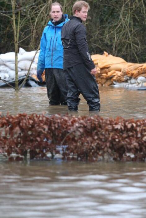 William y Harry no dudaron en meterse al agua para ayudar a las fuerzas...