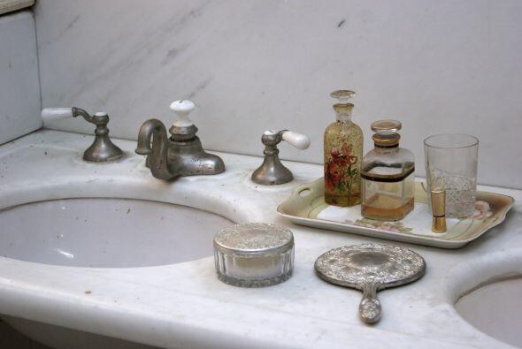 7) Llena el baño de objetos vintage. Cepillos para el cabello y otros ac...