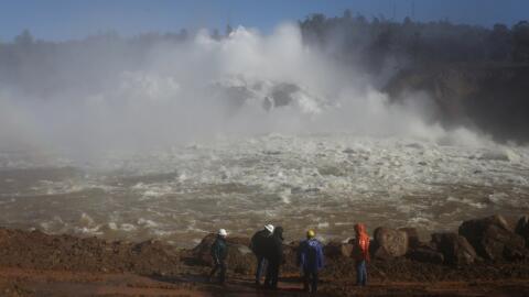 Agua liberada por la rampa principal de la represa Oroville, en el norte...