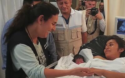 Mujer embarazada da a luz en un helicóptero tras ser rescatada de unas i...