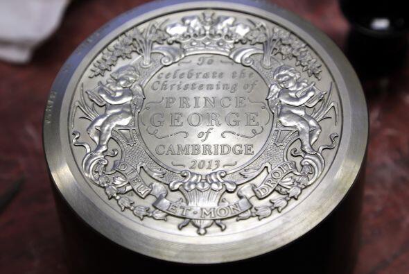 En la moneda se pueden apreciar una fuente de lirios de la Torre de Lond...