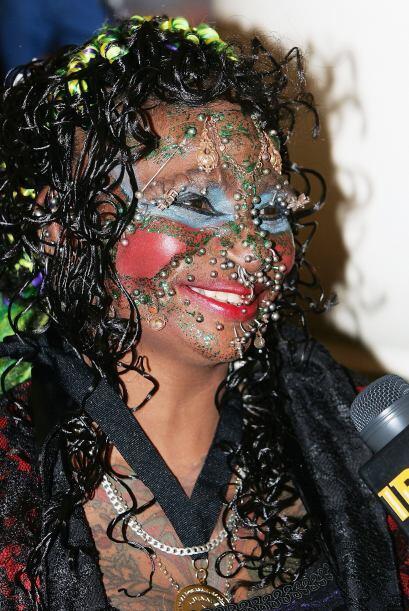 Davidson es la mujer con más piercings en el mundo. En el rostro, en los...