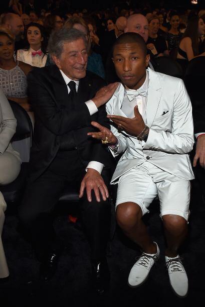¡Dos grandes! Tony Bennett y Pharrell Williams platicando en la noche de...