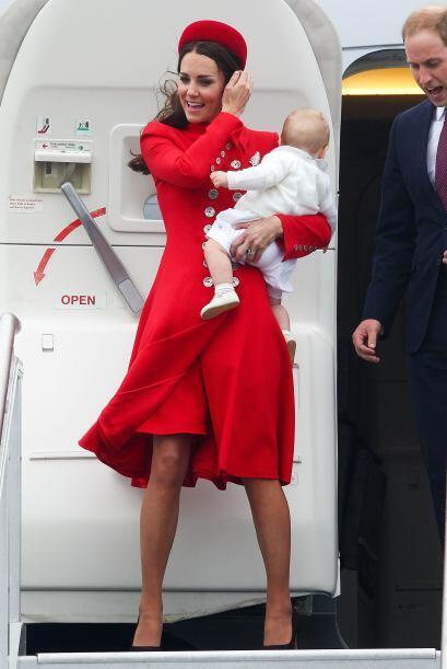 Kate lució un bello abrigo rojo de botones. Mira aquí los...