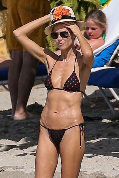 En lugar del frío de Londres la guapa rubia tomó una vacaciones en Jamaica.