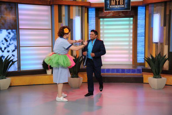 La primera en apuntarse para bailar con este merenguero fue Doña Meche.