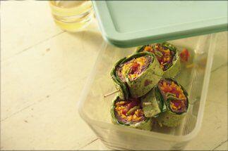 Rollos de Carne de Res y Espinacas: Enrolla en una tortilla un poco de c...