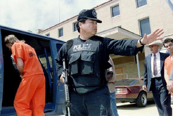Durante 51 días, agentes federales negociaron con los seguidores de Davi...
