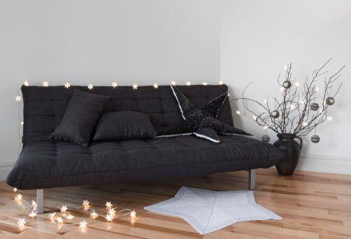 Si tienes un sofá cama da un toque navideño minimalista con varas, esfer...