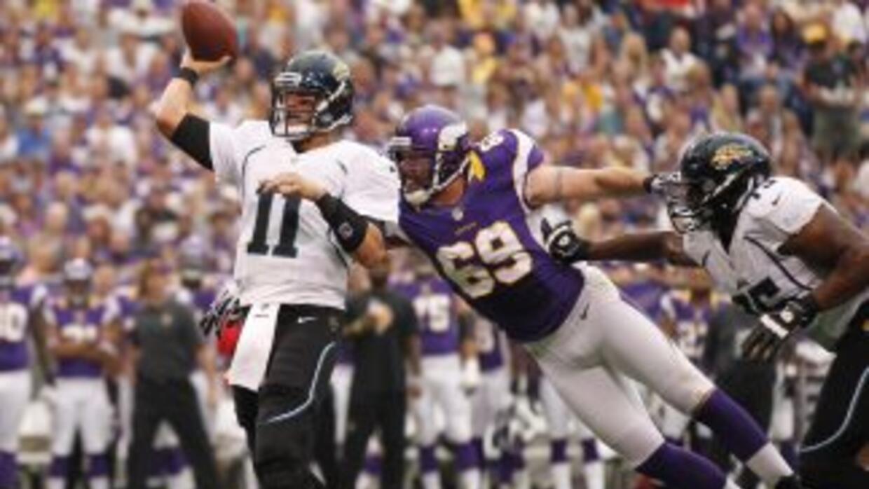 Jared Allen (69) se molestó con los oficiales de reemplazo de la NFL por...