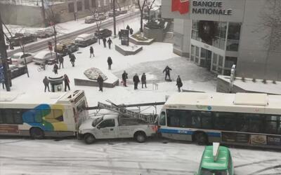Fuertes tormentas de nieve causa que los autos patinen en una calle de l...