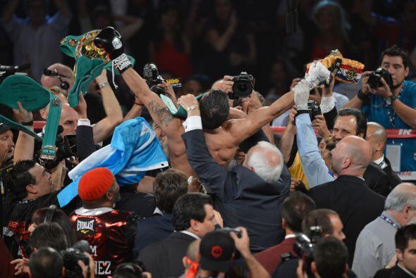 Martínez también celebró, pero ya con el cinturón en las manos, los juec...