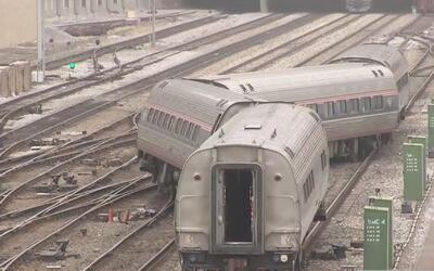 Tres vagones de un tren de Amtrak se salieron del carril en el centro de...