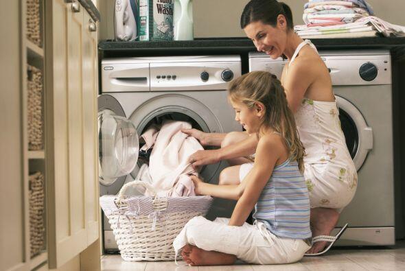 Piensa en qué tareas domésticas puedes colaborar, y regálale un 'voucher...