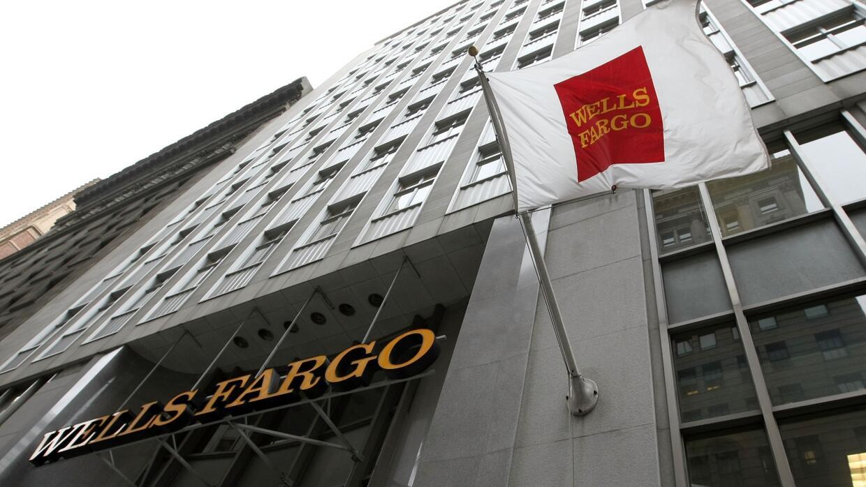 Denuncian que empleados de Wells Fargo persuadían a inmigrantes para que...
