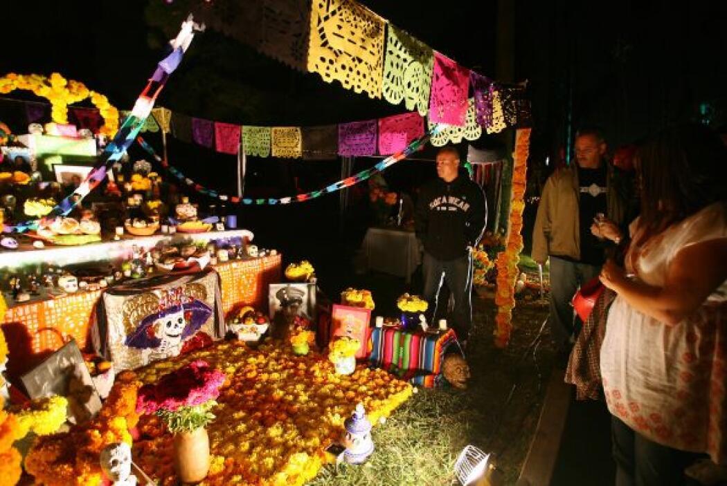 La fiesta del Día de Muertos es otra de las tradiciones mexicanas que fo...