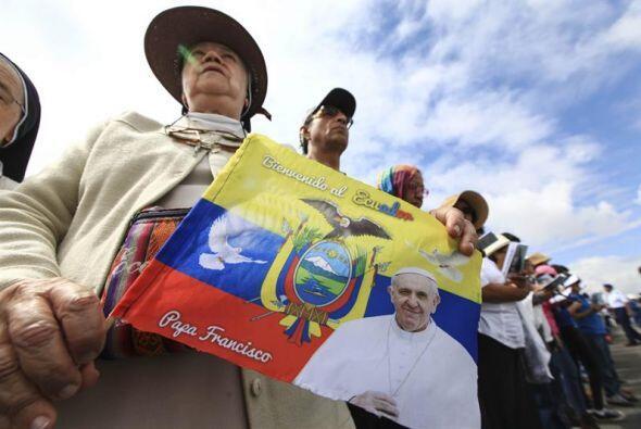 Miles de fieles participan en la misa campal de este martes en Ecuador.