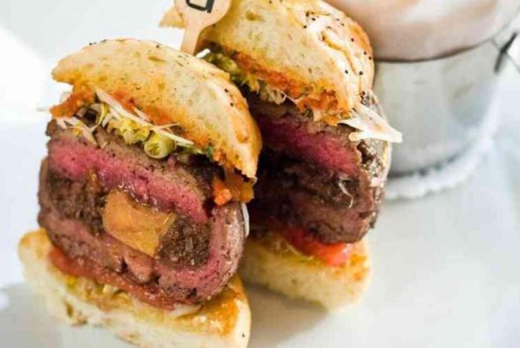 El famoso chef francés Daniel Boulud creo esta hamburguesa en uno de sus...