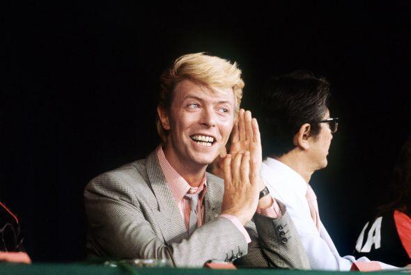 Para 1983, Bowie regresó al mismo sitio, ahora, con un elegante traje gris.