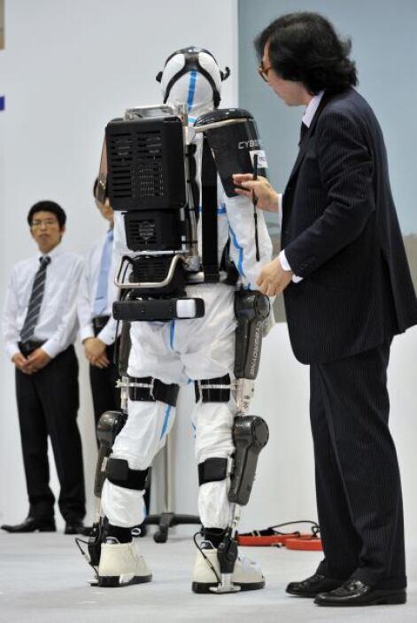 La presentación del traje en Tokio se produjo poco más de 18 meses despu...