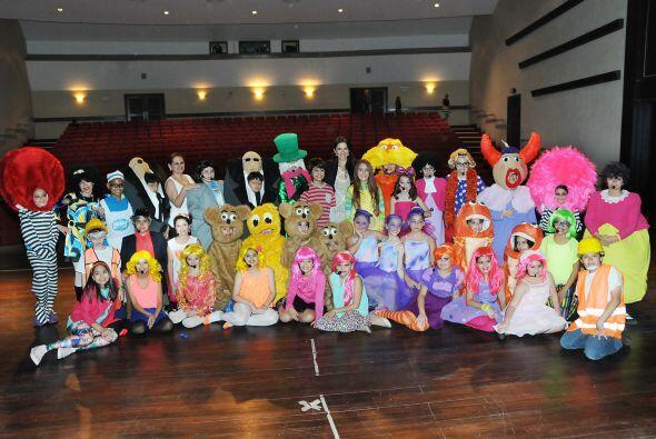 Maity posando con los 39 niños que actuaron, entre ellos su herma...