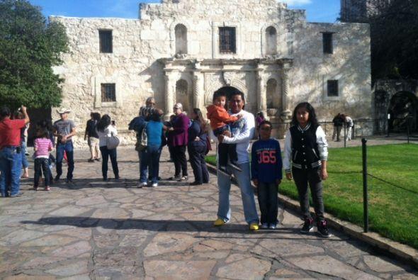 Y también esta bonita postal familiar en el mismísimo Alamo. Recuerda, e...