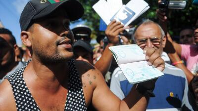 Cubanos protestan afuera de la embajada de Ecuador