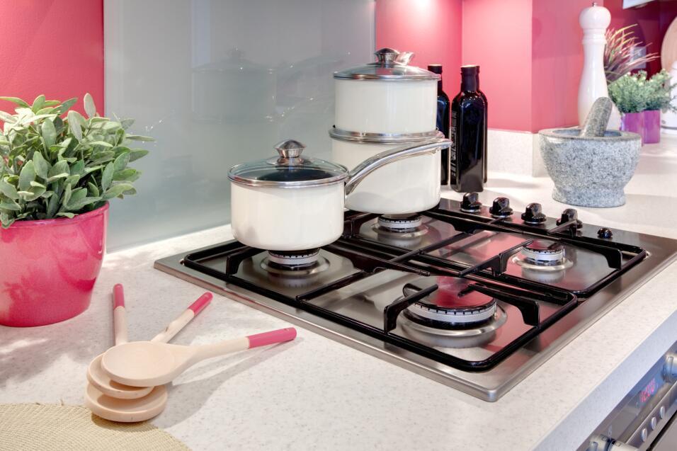Las ollas y los sartenes están mejor cerca de la estufa. Colócalos dentr...