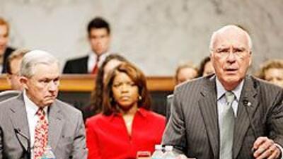 El demócrata Patrick Leahy (derecha) y su par republicano, Jeff Sessions...