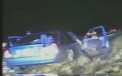 Mujer tiene su bebé en autopista con asistencia de policías