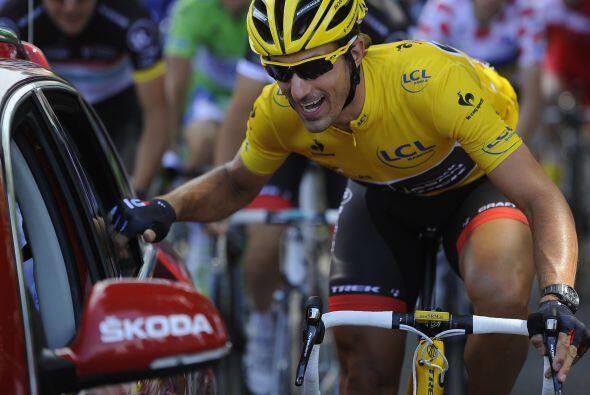El suizo Fabian Cancellara del equipo Radioshack mantuvo el maillot amar...