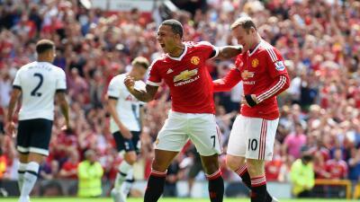 Depay festeja con Rooney el autogol que les dio el triunfo ante los Spurs